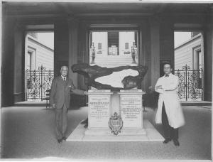 Almirante José Carlos de Carvalho e Roquette-Pinto junto ao Meteorito de Bendegó