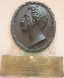 Placa com o perfil do cientista Peter Lund no Museu Nacional