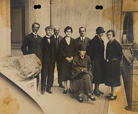 Fotografia da visita de Madame Curie ao Museu Nacional (02/08/1926). Identificados, sentada, Madame Curie; de pé, da esquerda para direita: Alípio de Miranda Ribeiro; não identificado; Hermillo Bourguy de Mendonça; Heloísa Alberto Torres, Alberto Betim Paes Leme, Irene Joliot-Currie, filha de Madame Curie e Bertha Lutz.