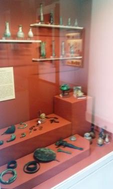 Vitrine do toucador situada na sala de Pompéia e Herculano, do Museu Nacional.