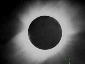 Fotografia do eclipse de 1919, obtida na cidade de Sobral no Ceará. As linhas verdes marcam as posições das estrelas usadas para a verificação da Teoria da Relatividade Geral.
