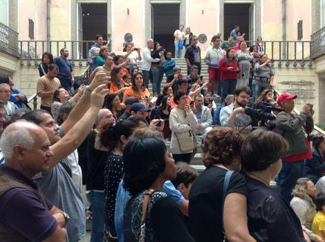 Dia 5 de julho, público assistindo a apresentação de chorinho